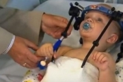 Logran unir la cabeza y la columna de un bebé decapitado tras un accidente de tráfico